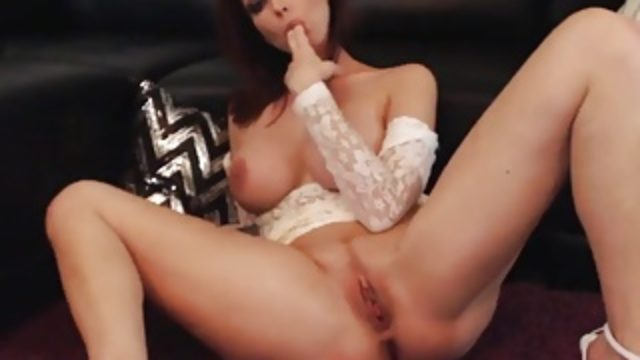 Redhead rubs her Pussy on Cam